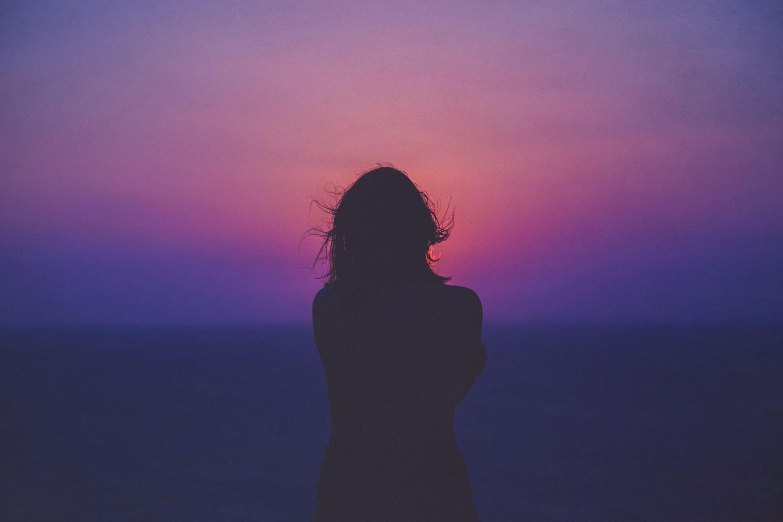 Картинки девушка на закате спиной