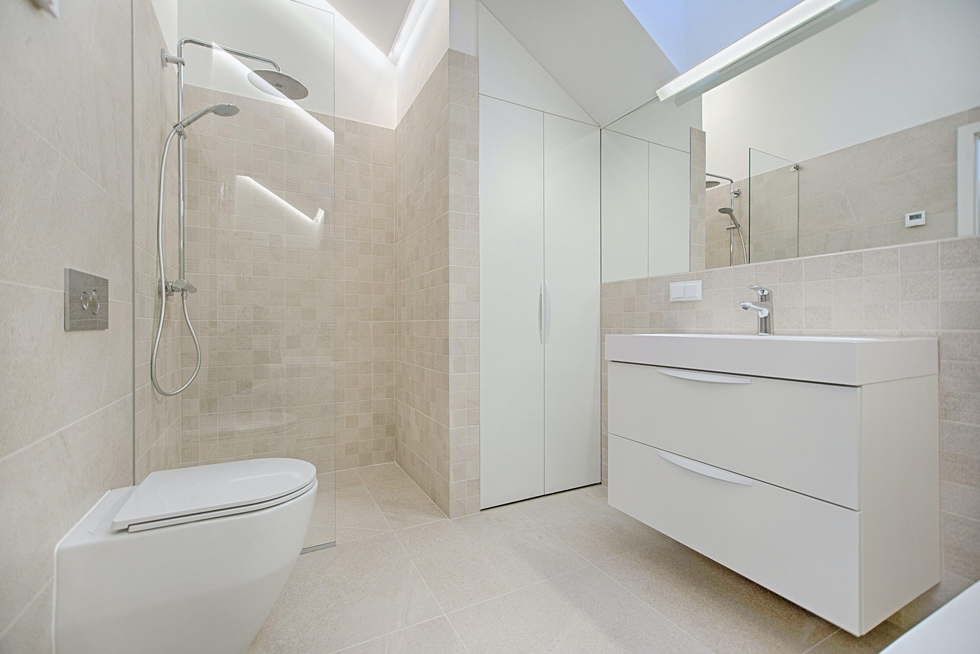 Ремонт в ванной: потолочный модуль для душа